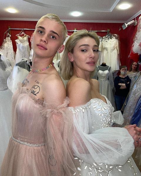 Фото №1 - Битва невест: кто круче смотрится в свадебном платье— Даня Милохин или Настя Ивлеева? 😂
