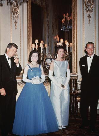 Фото №17 - От модных провалов до побед: как Первые леди одевались на встречи с Королевой