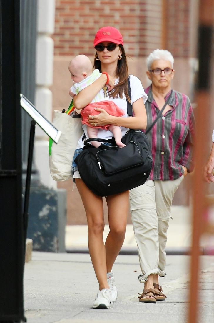 Фото №1 - В идеальной форме: Эмили Ратаковски на прогулке с новорожденным малышом