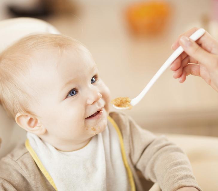 Когда ребёнок начинает жевать пищу
