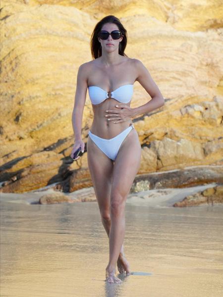 Фото №1 - Почувствуй разницу: «Мисс Вселенная» на публике и на пляже без косметики