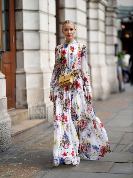 Стильные платья 2021. Мастхэвы сезона 2021. Актуальное платье. Модное платье в цветочек. Стильное платье с цветочным принтом.