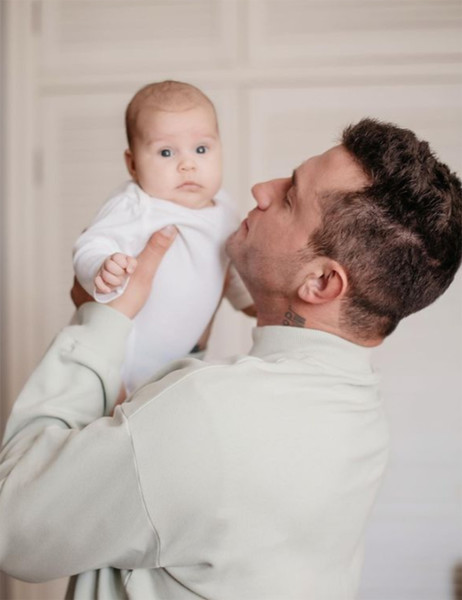 Фото №1 - «Знакомьтесь, мой малыш»: Павел Прилучный удивил поклонников снимком с младенцем и обручальным кольцом