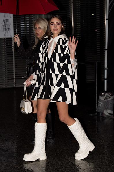 Фото №1 - Резиновые сапоги + мини-кейп: «Мисс Вселенная» Оливия Калпо в дождливом Париже