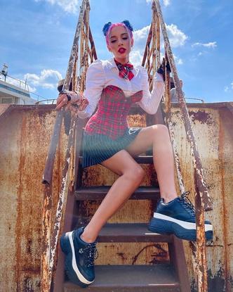 Фото №3 - Миа Бойка показала образ с корсетом в школьном стиле 😱