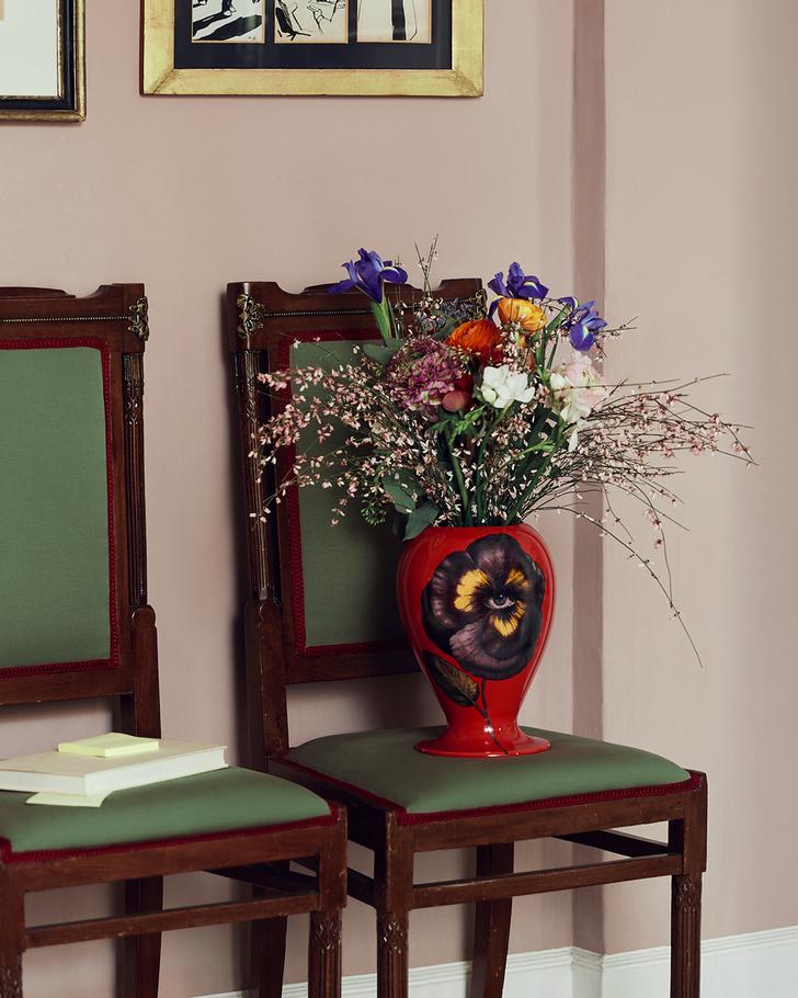 Фото №1 - Яркие вазы Fornasetti для весенних букетов