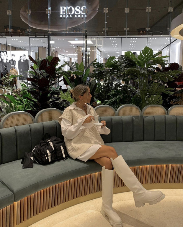 Фото №1 - Два тренда в одном образе: высокие резиновые сапоги и объемный жилет как у Софии Коэльо