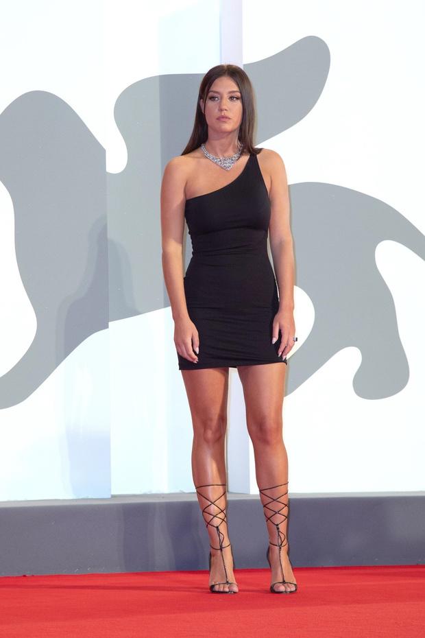 Фото №3 - Самая дерзкая в Венеции: парижанка Адель Экзаркопулос в максимально провокационном мини-платье и очень смешном кино