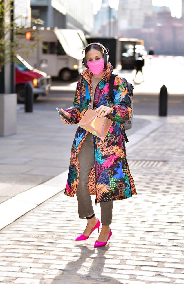 Фото №2 - Пёстрый пуховик + лодочки цвета фуксии: Сара Джессика Паркер встречает зиму ярко