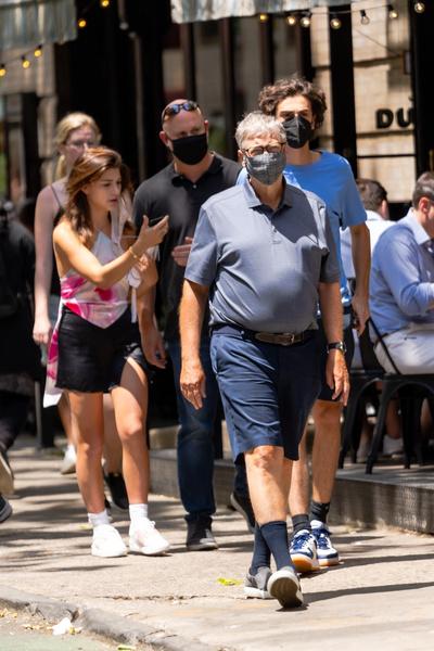 Фото №2 - Растолстел и зарос: как выглядит Билл Гейтс на прогулке с дочерью