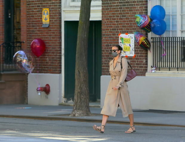 Фото №2 - Тренч на голое тело, базовая сумка и самые удобные сандалии: Ирина Шейк в Нью-Йорке