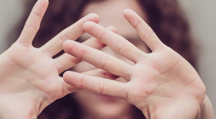 Почему жертвы жестокого обращения часто не могут бросить своих мучителей?
