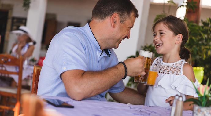 В России хотят запретить продажу спиртного родителям, пришедшим с детьми