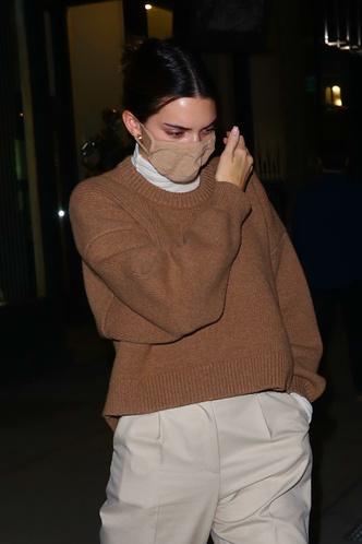 Фото №2 - Этой зимой сочетайте водолазку с контрастным объемным свитером, как Кендалл Дженнер