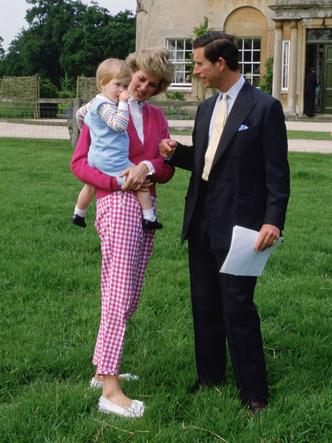 Фото №5 - Вдохновляясь Дианой: герцогиня Кейт и ее новый модный реверанс принцессе Уэльской