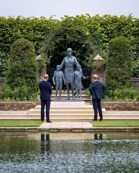 Принцы Гарри и Уильям открыли памятник принцессе Диане— фото