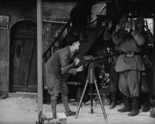 А здесь с оружием балуется не кто иной, как Чарли Чаплин. Пулемет Льюиса засветился в военной комедии «На плечо», снятой в 1918-м