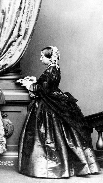 Фото №7 - Грустный повод: история королевского траурного дресс-кода