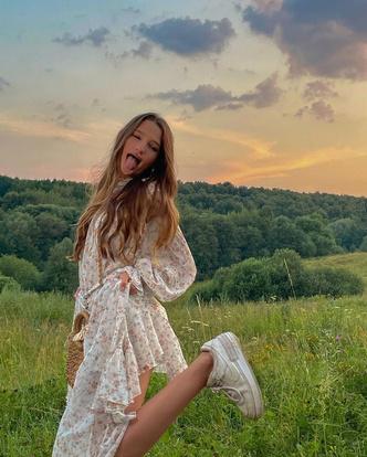 Фото №2 - Лук дня: Лиза Анохина в романтичном платье с цветочным принтом 😍