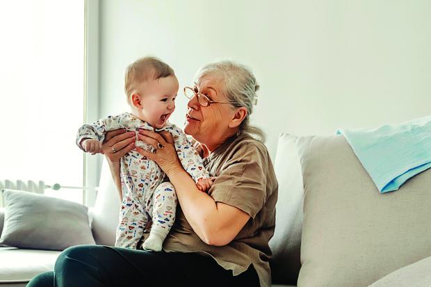 Фото №1 - Как живет женщина, впервые ставшая мамой в 74 года