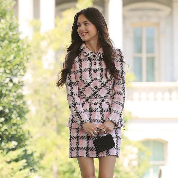 Фото №1 - Оливия Родриго показала модный образ в стиле сериала «Сплетница»