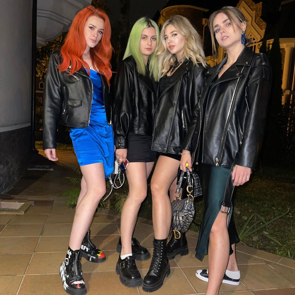 Фото №1 - Объемные кожаные куртки как у девчонок из Dream Team House— лучшая верхняя одежда на осень