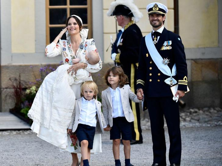 Фото №3 - Необычный образ мамы и много милых фото: самая красивая королевская пара Европы крестила сына