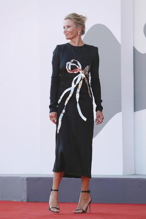 Фото №3 - 25 лучших и худших нарядов звезд на Венецианском кинофестивале— 2020