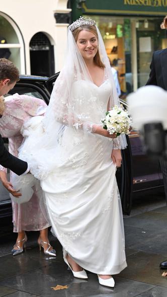 Фото №6 - Две королевские свадьбы сразу: крестница Чарльза и племянница Елизаветы вышли замуж в один день (и их платья точно войдут в историю)