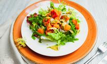 Зеленый салат с печеной тыквой, козьим сыром и заправкой из морепродуктов