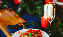 Цельнозерновые спагетти с соусом наполетана и тунцом