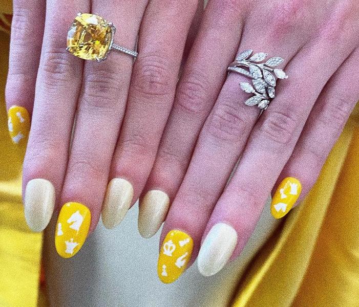 Фото №1 - Желтый маникюр: Аня Тейлор-Джой показала модный нейл-дизайн в стиле сериала «Ход королевы»