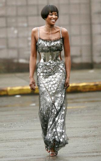 Фото №13 - Модные фрики: звезды, которые переборщили с эпатажными нарядами