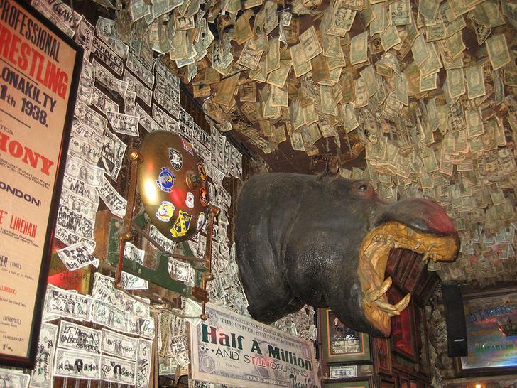 Фото №2 - Бар, на стенах которого накопилось 2 000 000 долларов по одной купюре