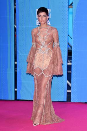 Фото №31 - Премия MTV EMA: лучшие звездные образы за всю историю