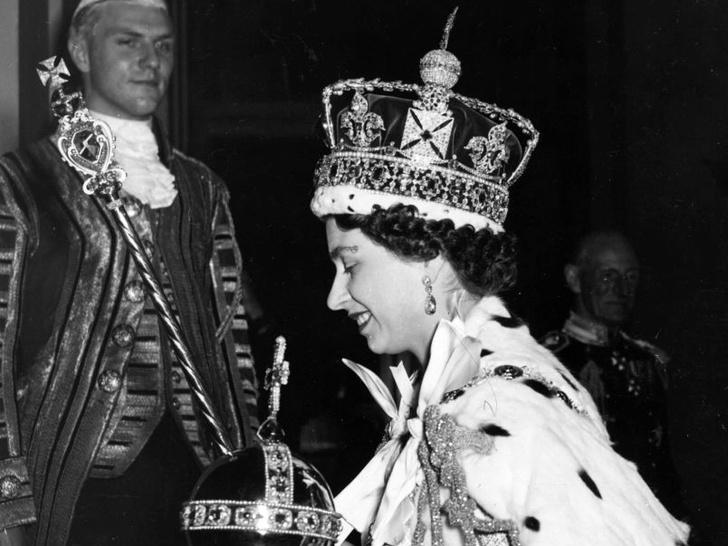 Фото №3 - Зачем Елизавета II надевала корону, чтобы ответить на письма