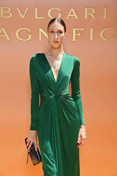 Фото №1 - Очень глубокое декольте и бриллиантовая змея на шее: топ-модель Анна Кливленд на роскошном итальянском ланче