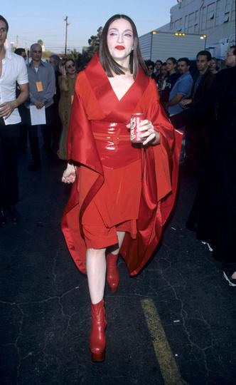 Фото №14 - Королева провокаций: 10 скандальных нарядов Мадонны, которые изменили моду