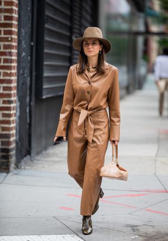 Фото №9 - Как носить кожаные рубашки: стильные идеи на каждый день