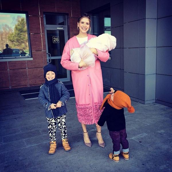 Фото №2 - Не носит трусы и бесформенные платья: беременная Лена Перминова страдает без модной одежды