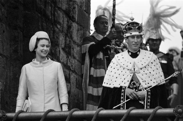 Фото №28 - От свадебных платьев до роскошных мехов: какие образы Виндзоров повторили в сериале «Корона»