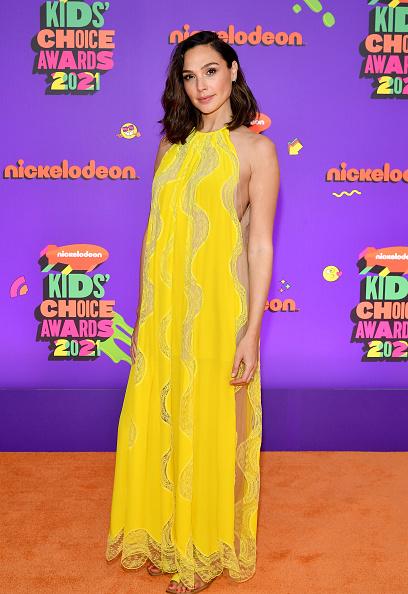Фото №1 - Соткано из солнца: Галь Гадот в платье из прозрачного желтого кружева