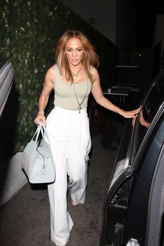 Фото №1 - Само совершенство: Дженнифер Лопес в белоснежных брюках в пол, которые визуально стройнят