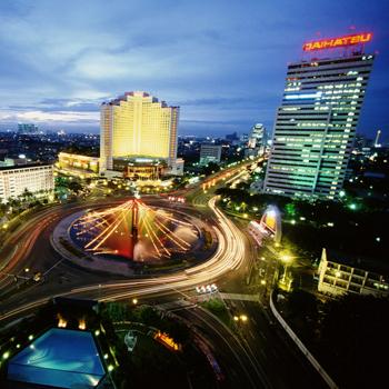 Не удивляйтесь, если рядом с небоскребом вы увидите лачугу, а сама Джакарта ночью превратится в город греха.