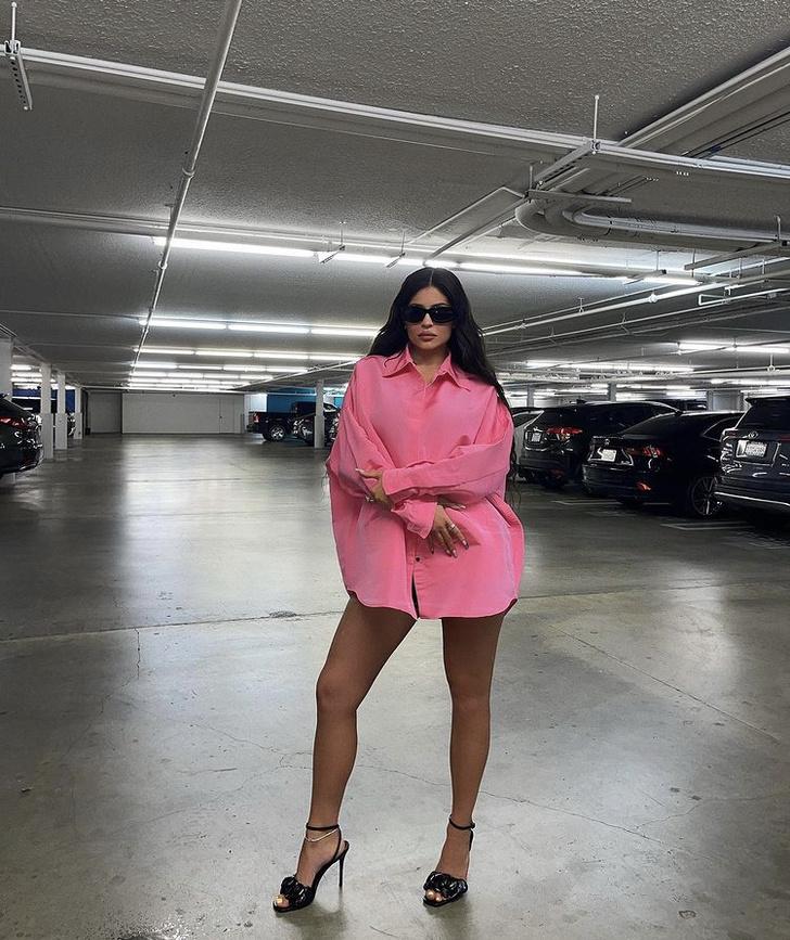 Фото №2 - Розовая рубашка, которая нужна нам всем: показывает Зендая