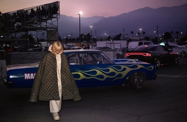Фото №2 - You need this: три варианта модных и теплых курток на холодную осень от Билли Айлиш