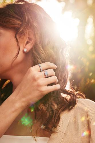 Фото №13 - Украшения, как у Аны де Армас: лучшие кольца, серьги и подвески из коллекции ALROSA