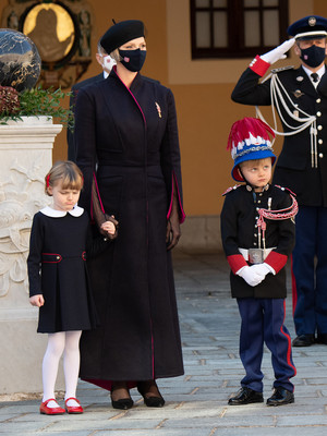 Фото №5 - «Траурный» берет и странное пальто: княгиня Шарлен снова не угадала с образом