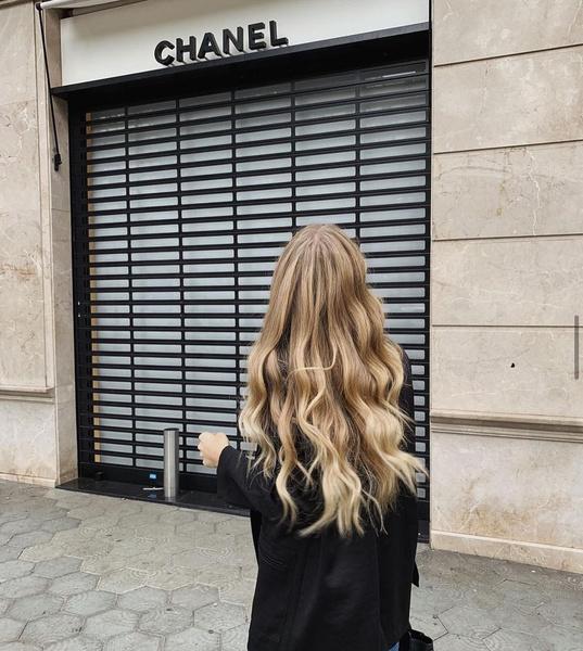 Фото №1 - 5 стильных стрижек для тех, кто не готов расстаться с длинными волосами