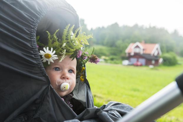милые фото малышей весной
